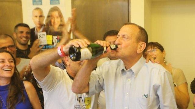 רון חולדאי חגיגות ניצחון בחירות רשויות מקומיות (צילום: מוטי קמחי)