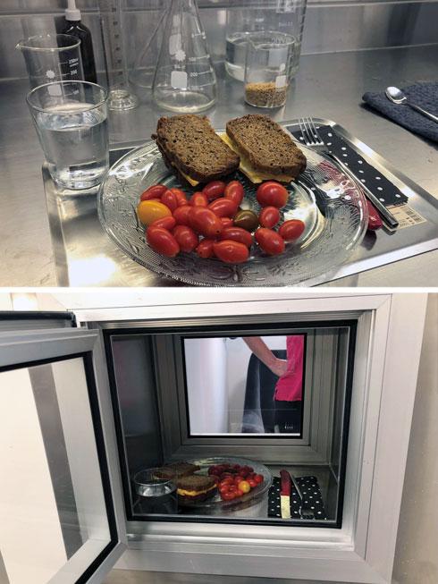הארוחה שגרטי הביאה מהבית מוכנסת לחדר דרך אשנב (צילום: יעל גרטי)