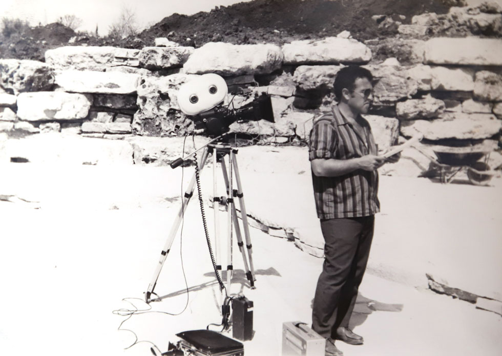 """מביים את """"חדוה ושלומיק"""", הדרמה הטלוויזיונית הראשונה בישראל, 1971. """"קרסתי מרוב עבודה"""" (צילום רפרודוקציה: צביקה טישלר)"""