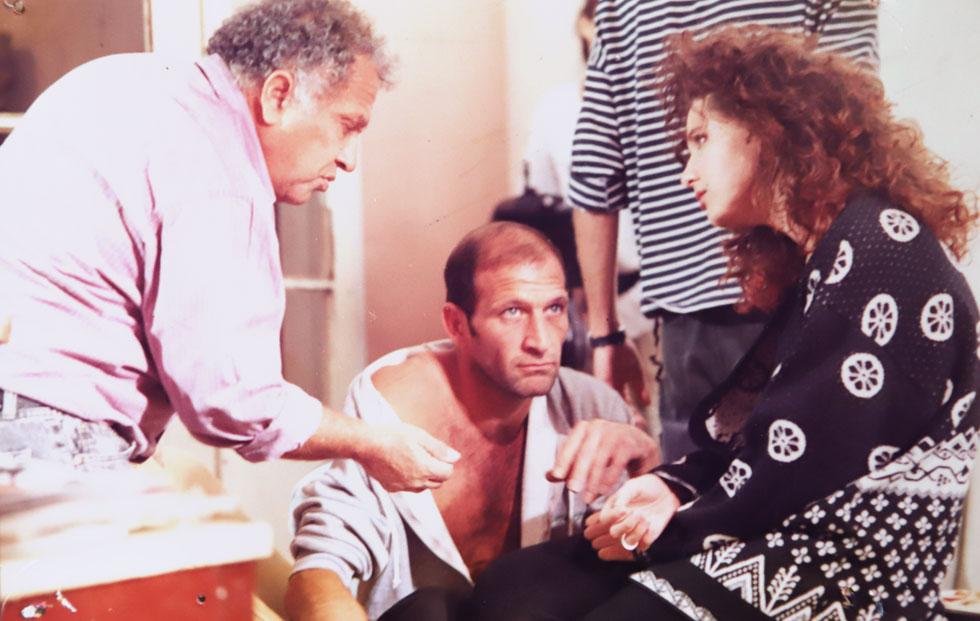 """עם לימור גולדשטיין ועמוס לביא על הסט של """"מנת יתר"""", 1993. """"עבדתי עם מאות אנשים, והייתי מצפה לקבל מהם איזשהו יחס""""  (צילום רפרודוקציה: צביקה טישלר)"""