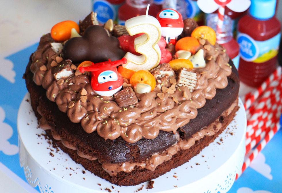 הגשה מיוחדת ומעט קישוטים שווים יהפכו את העוגה למלכת השולחן (צילום: הודליה כצמן  Bake Care)