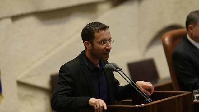 נאום איציק שמולי, חבר כנסת במפלגת העבודה, בדיון על חוק הפונדקאות במליאת הכנסת (צילום: אלכס קולומויסקי)