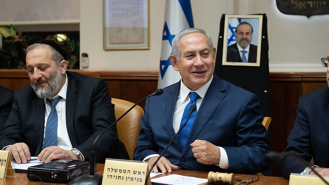 Netanyahu and Deri in a govenment meeting; both face an indictment subject to a hearing (File Photo) (Photo: Yoav Dudkevitch)
