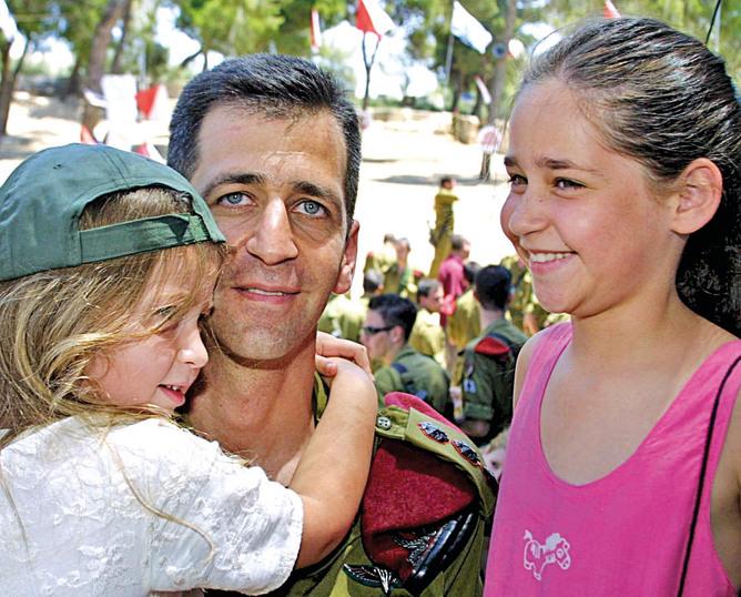 עם שתיים מבנותיו, בצעירותן