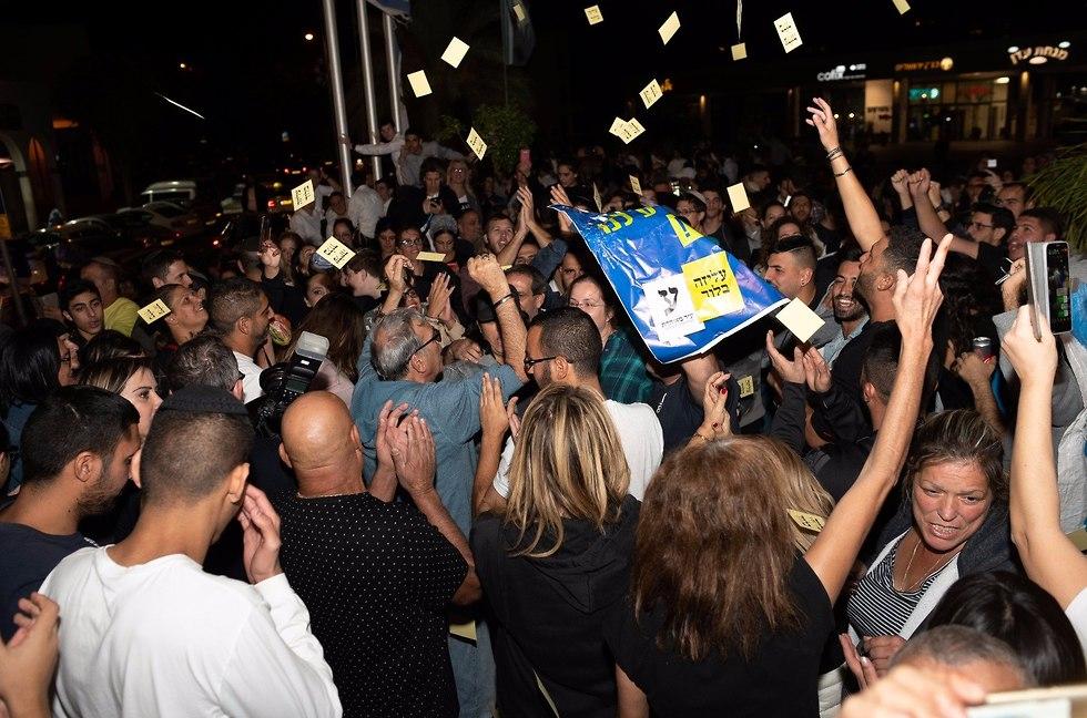 חגיגות הניצחון של תומכי עליזה בלוך בבית שמש (צילום: יואב דודקביץ)