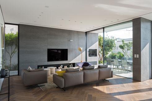 בסלון קיר מכוסה אריחים גדולים, ש''נכנסים'' מבחוץ (צילום: שי אפשטיין)