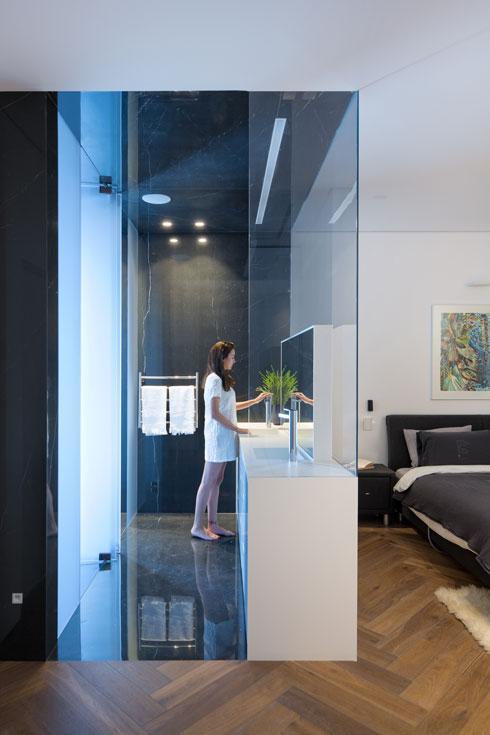 חדר הרחצה הצמוד בחדר השינה של ההורים בנוי כקופסה (צילום: שי אפשטיין)