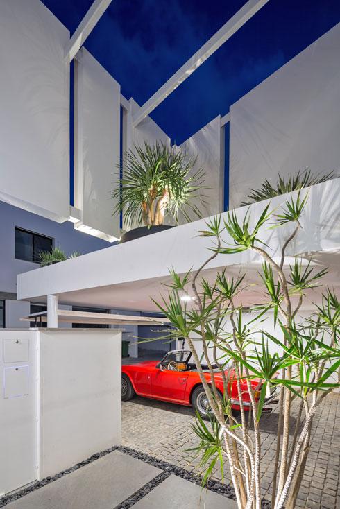 מבט מדלת הכניסה. מעל החניה גג וגינה, מסביב מעטפת מגוננת (צילום: שי אפשטיין)