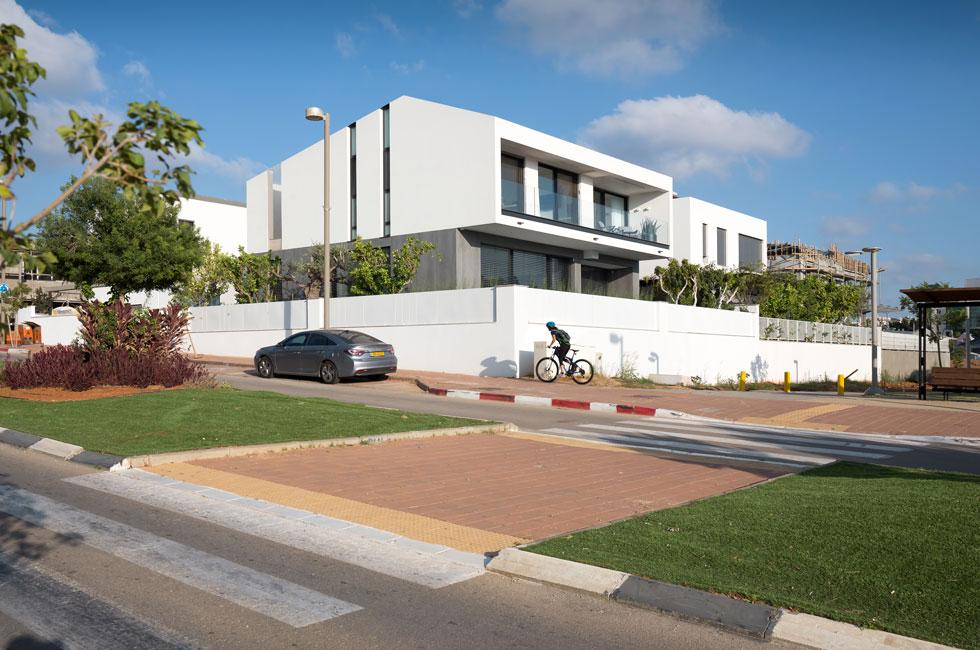 בשכונה בעיקר בנייני דירות, ומעט וילות (צילום: שי אפשטיין)