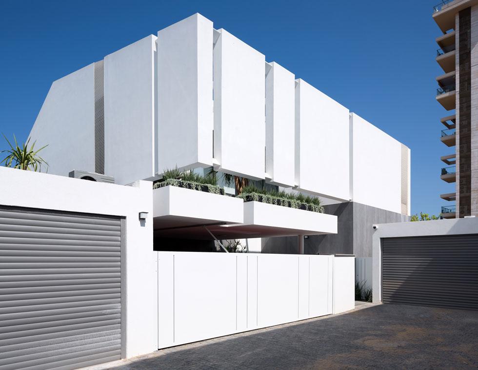 """""""האלמנט המרחף"""", אומר האדריכל ליאור רוזנפלד, """"משמש בקומה העליונה כמסך שמסתיר מפני הבית השכן"""". בשכונה ''הירוקה המערבית'' בצפון-מערב הרצליה יש בעיקר בנייני דירות משותפים, ו-40 בתים פרטיים (צילום: שי אפשטיין)"""