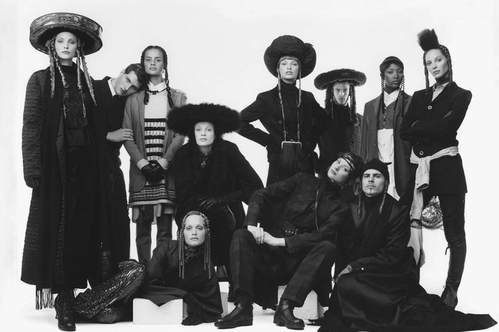על אף הרצון להאדיר את המראה החסידי ולעורר שיח על נזילות מגדרית, הקהילה היהודית לא אהבה את התרגום של המעצב הפרובוקטיבי שהלביש נשים בבגדי גברים. ז'אן פול גוטייה, 1993