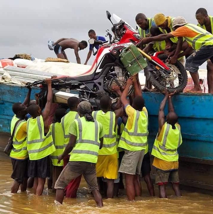 מורידים את האופנוע באנגולה (צילום: אלחנן אורן)