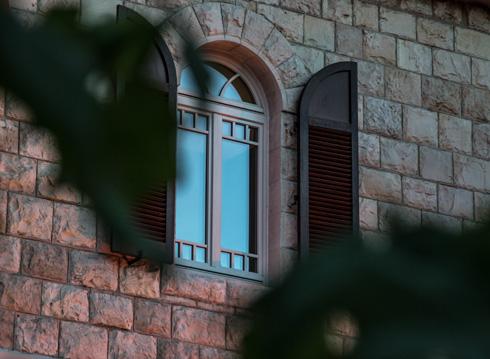 קירות האבן תוקנו וחלונות עץ לבנים הוזמנו בהתאם למקור (צילום: איתי סיקולסקי)