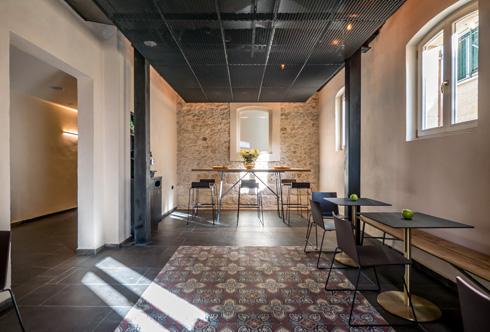 ''שטיח'' קטן של האריחים המצוירים המקוריים שובץ מחדש במרכז חדר ארוחת הבוקר (צילום: איתי סיקולסקי)
