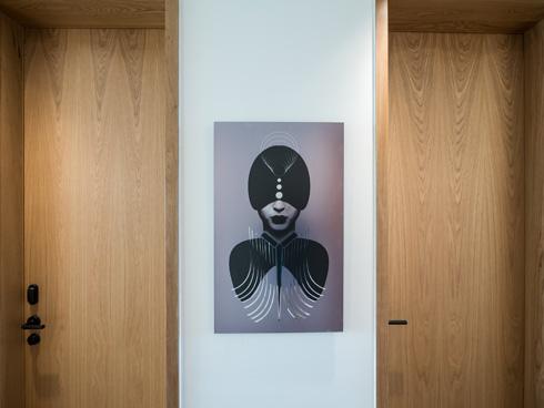 מנהלי המלון מבטיחים אוסף גדל של אמנות ישראלית (צילום: איתי סיקולסקי)