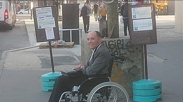 נהג אוטובוס ב פריז סילק את כל הנוסעים שלא עשו מקום ל נכה בכיסא גלגלים צרפת ()