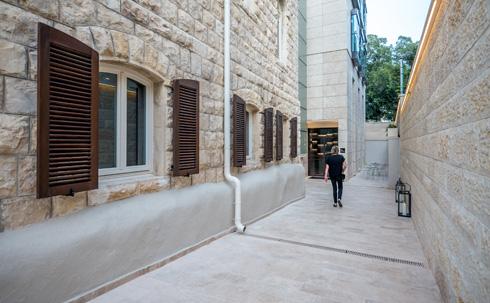בין החדש לישן אפשר לעבור מבחוץ, או דרך מגדל הזכוכית (צילום: איתי סיקולסקי)