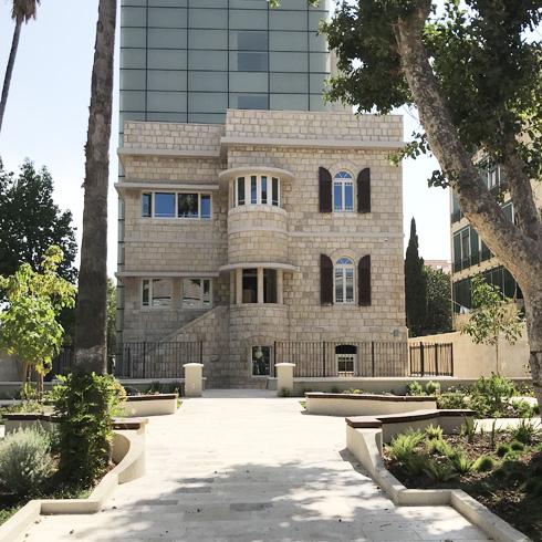 חזית המבנה הישן, שנבנה ב-1933. שילוב של הרוח הטמפלרית עם קווים של אדריכלות מודרנית (צילום: אביטל ברוידא)