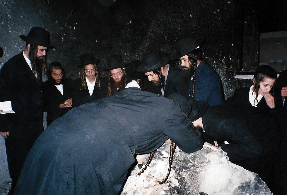 חסידי ברסלב בתפילה על קבר יוסף. חנוכה תשס''ג דצמבר 2002 (צילום: נחמן וייס ושלמה טובול)