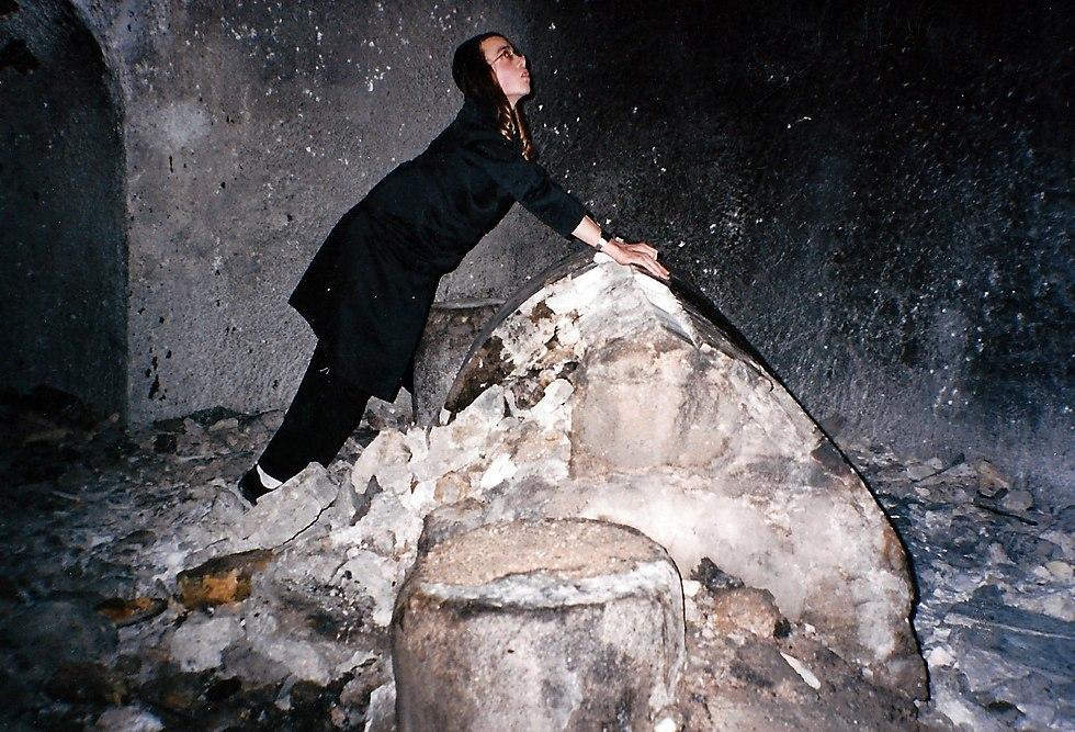 וייס בקבר יוסף. חורף 2003 (צילום: נחמן וייס ושלמה טובול)