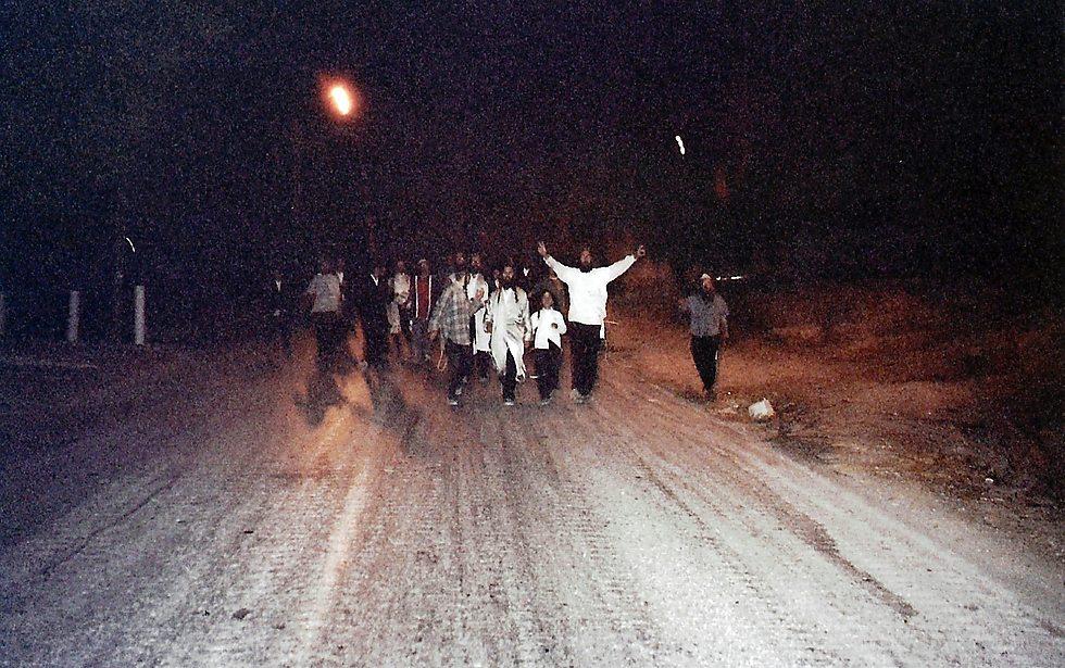 צועדים רגלית בשכם. אוקטובר 2002 (צילום: נחמן וייס ושלמה טובול)