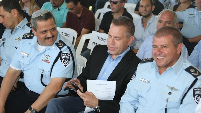 Moshe Edri, right, with Public Security Minister Gilad Erdan, center, and outgoing Police Commissioner Roni Alsheikh (file photo)  (Photo: Motti Kimchi)