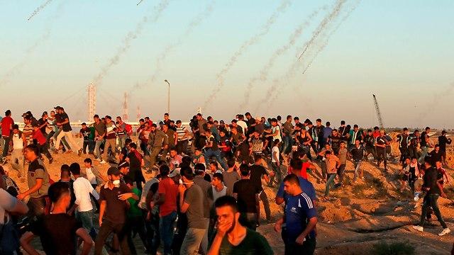 התפרעויות בגדר המערכת (צילום: AFP)