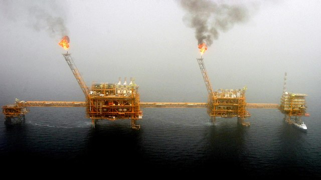 Gas flares from an oil production platform at the Soroush oil fields in the Persian Gulf, south of the capital Tehran, July 25, 2005 (Photo: Reuters)