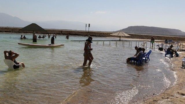 נופשים בים המלח (צילום: אבי מועלם)
