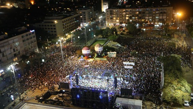 Tens of thousands of people at the Rabin memorial rally (Photo: Motti Kimchi)