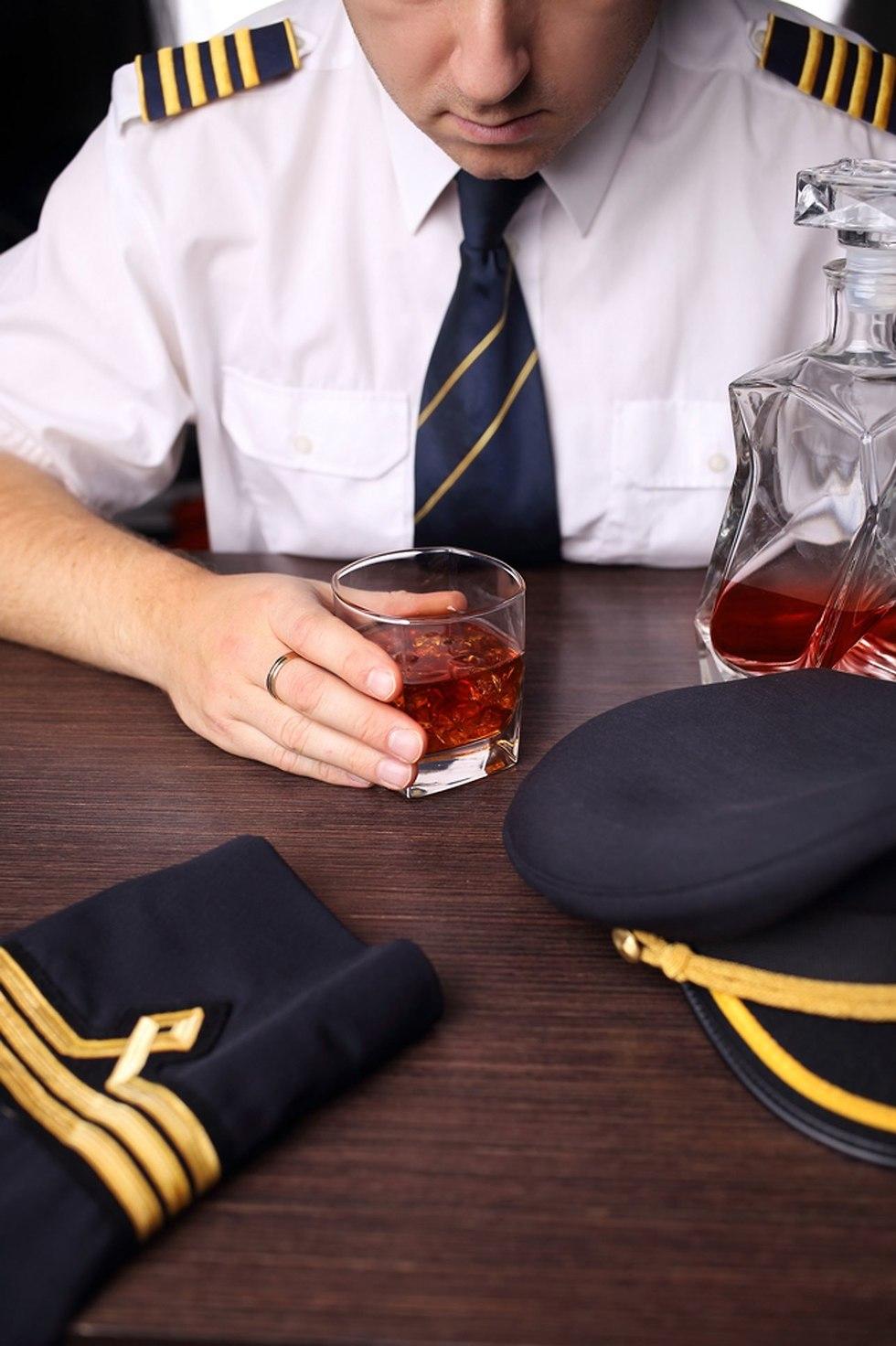 טייס שיכור אילוסטרציה (צילום: shutterstock)