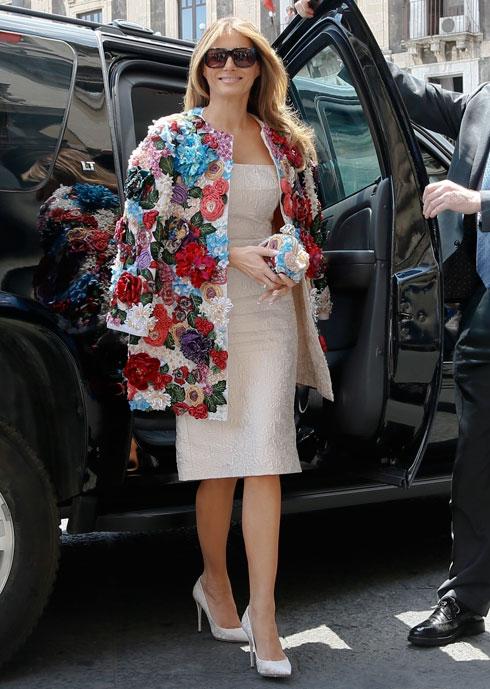 """מאי 2017. ועוד קצת ענייני עו""""ש: טראמפ ביקרה באיטליה לבושה מעיל צבעוני בדוגמת פרחים מקו ההוט קוטור של דולצ'ה & גבאנה, שמחירו 51,500 דולר (כמעט 200 אלף שקל) (צילום: AP)"""
