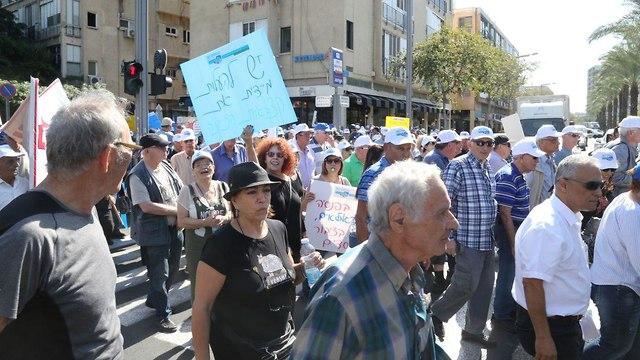 הפגנת גמלאים במחאה על הפחתת הפנסיה בהשתתפות חברי כנסת (צילום: מוטי קמחי )