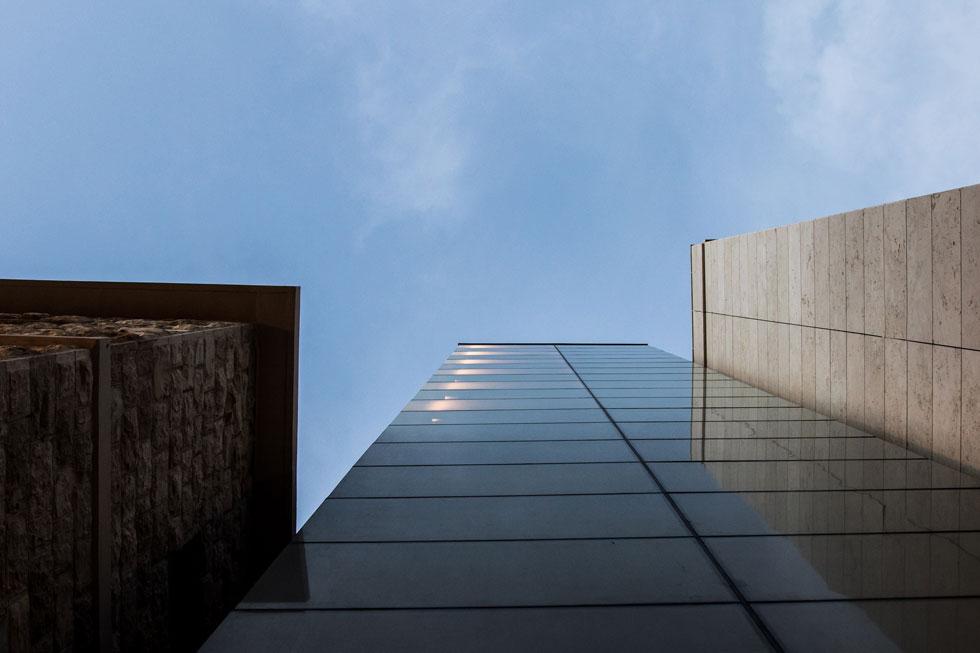 מבט אל 3 חלקי המלון. ''המטרה הייתה ליצור לבניין הישן רקע נייטרלי, שידגיש אותו'', מסביר האדריכל דגן מושלי. ''לא רצינו לייצור חיקוי, אלא להוסיף פרק חדש'' (צילום: איתי סיקולסקי)