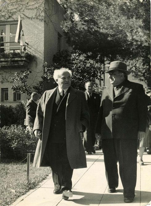קריניצי (מימין) עם דוד בן גוריון (צלם: חיים פין, באדיבות ארכיון בית קריניצי, בית העיר רמת-גן)