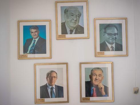 תמונות ראשי הערים הקודמים של רמת גן, כולל ישראל זינגר הנוכחי, שבימים אלה נערך לסיבוב שני של הבחירות (צילום: אילן ספירא)