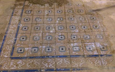 חושפים את המרצפות המצוירות (צילום: ארכיון בית קריניצי, בית העיר רמת-גן)