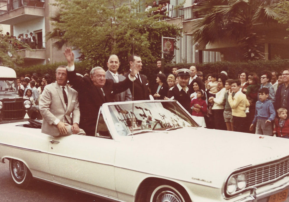 קריניצי במכוניתו הפתוחה. אף ראש עירייה ישראלי לא כיהן תקופה כה ממושכת, ורק התאונה הקטלנית גדעה את המשך כהונתו (צילום: ארכיון בית קריניצי, בית העיר רמת-גן)