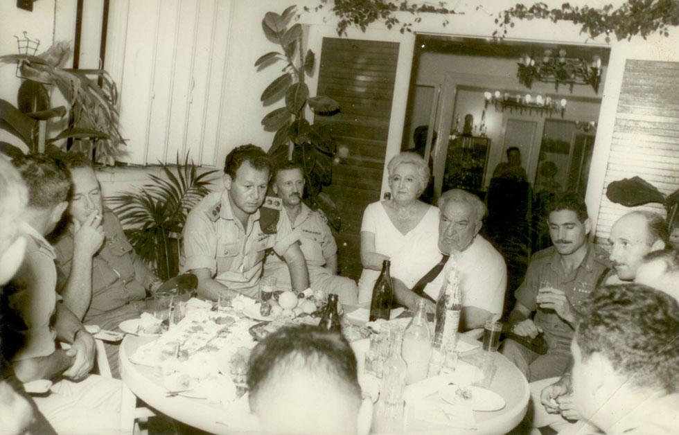 מוטה גור ויצחק רבין היו בין הקצינים הבכירים, שנפגשו כאן עם מדינאים ודיפלומטים. רמת גן של אותם ימים הייתה עתירת שגרירויות, מאז ימי המנדט (צילום: ארכיון בית קריניצי, בית העיר רמת-גן)