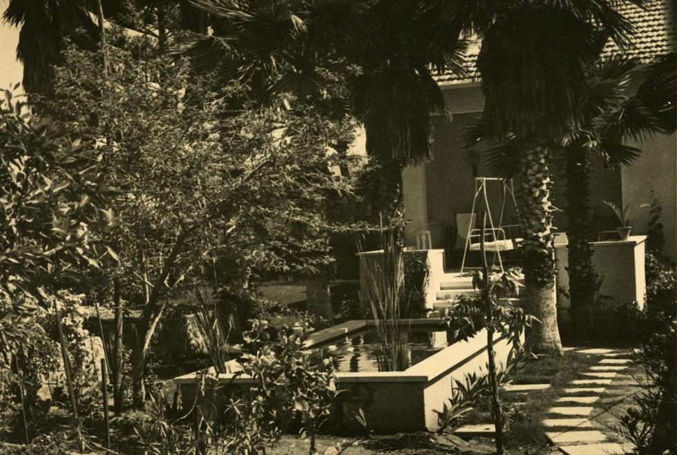 בריכת הדגים בחזית הדרומית של הבית. לימים היא מולאה בעפר (צלם: הוגו קאופמן, באדיבות ארכיון בית קריניצי, בית העיר רמת-גן)