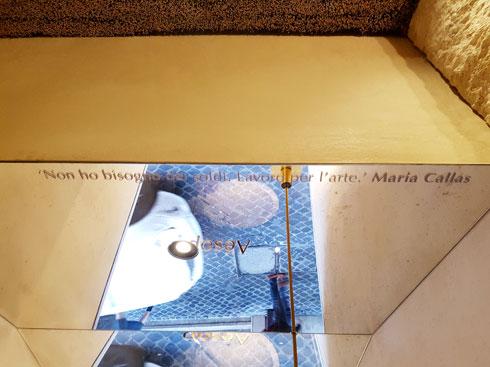 מעל הכיור מראה ועליה ציטוט של מריה קאלאס (צילום: ענת ציגלמן)