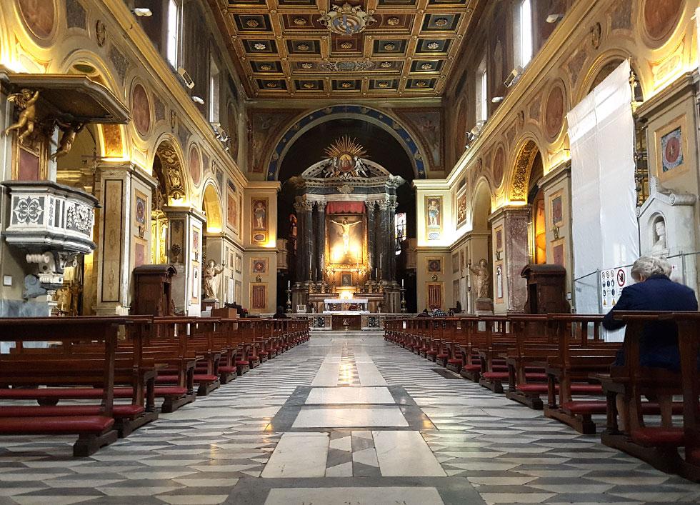 ההשראה נמצאה ברצפתה של הכנסייה הסמוכה, שעשויה אבן טרוונטין בשני גוונים - אפור כהה ולבן מלוכלך - שהונחה בדוגמה גיאומטרית (צילום: ענת ציגלמן)