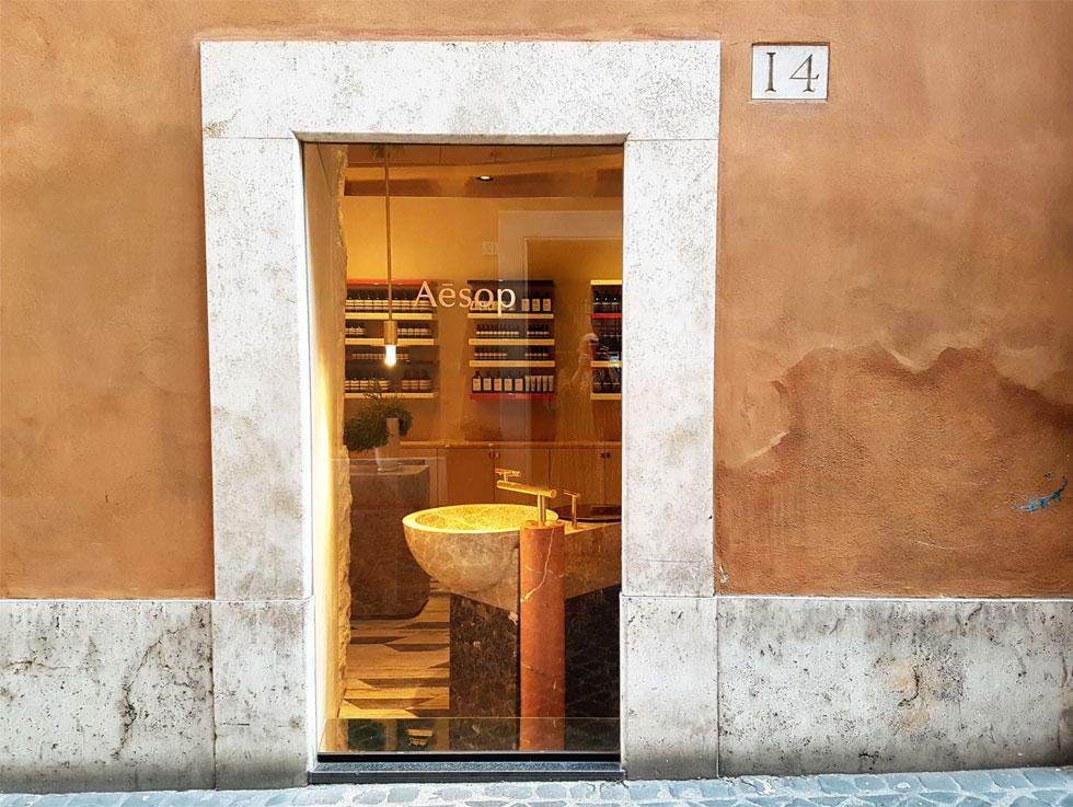 החנות החדשה של רשת הקוסמטיקה האוסטרלית ''אסופ'' ברומא ממוקמת באחת מפינותיה של פיאצה סן לורנצו העתיקה (צילום: ענת ציגלמן)