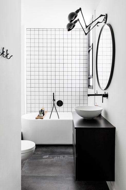 אמבטיה לבנה, ארון כיור שחור (צילום: איתי בנית)