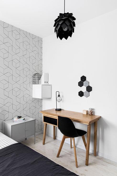 קיר אחד בכל חדר מחופה בטפט גיאומטרי (''מכל טוב'') (צילום: איתי בנית)
