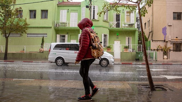 גשם יורד בתל אביב  (צילום: מושיק שמע)
