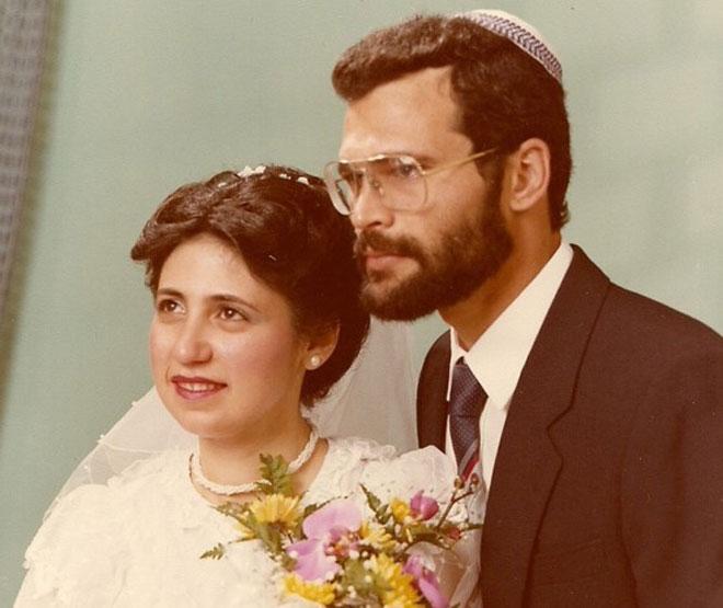 """אורנה וראובן ביום נישואיהם. """"החיים שלנו כזוג מעורב של דתיה וחילוני היו מאתגרים"""" (צילום: אלבום פרטי)"""
