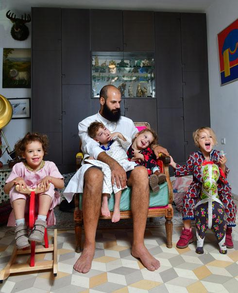 """""""אנחנו עושים בחירות לילדים שלנו כל הזמן. אם יאשימו אותי בניצול ציני – שיאשימו"""". יהושע דרייפוס עם ארבעת ילדיו  (צילום: רפי קוץ)"""