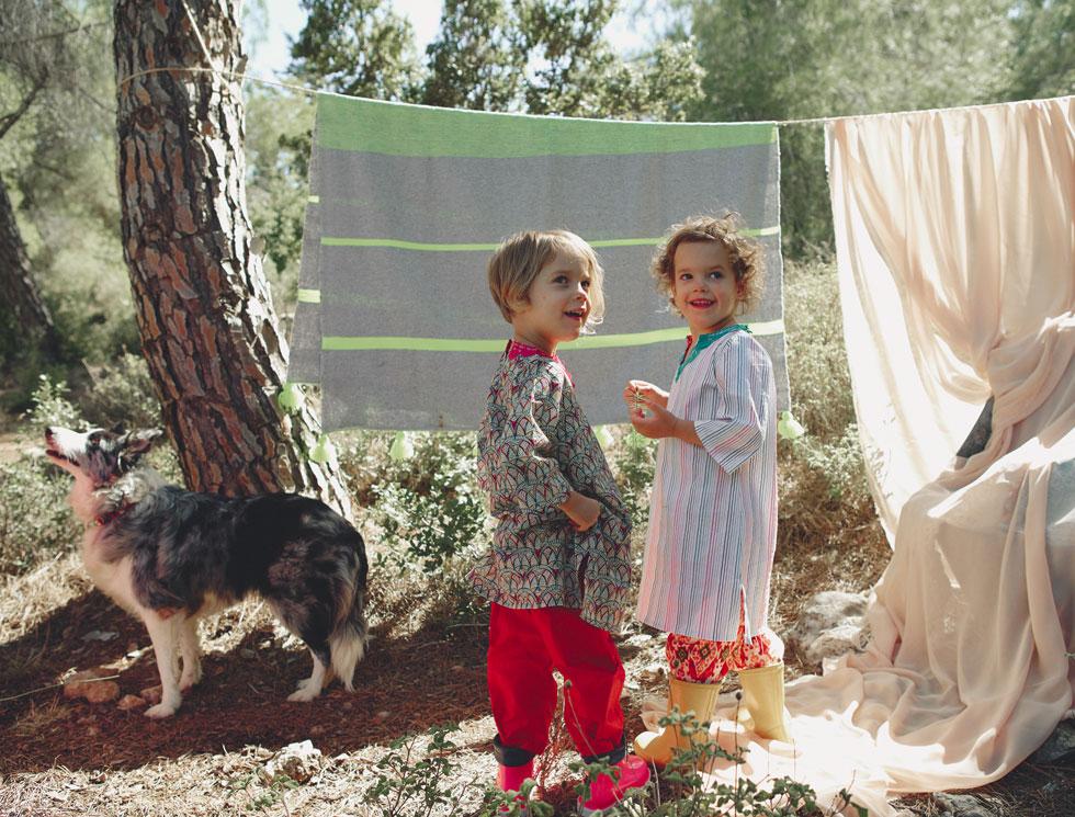 """""""אני מגדל את הילדים שלי בשמחה גדולה, בביטחון מלא שאני בחרתי בהם והם בי"""". אליס וקלרה בקולקציית בגדי הילדים ABBA'LE ARBA (צילום: הילה שייר)"""