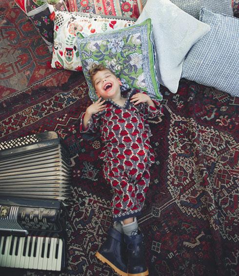 """""""צריך לזכור שהילדים האלה כל היום בעבודה, גם כשהם במנוחה. לדוגמה, להתהפך צד במיטה זאת משימה מורכבת עבורם"""". עברי בצילומי בגדי הילדים (צילום: הילה שייר)"""